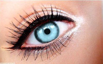delineador negro ojos azules