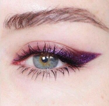 delineador violeta ojos azules